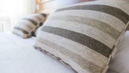 Как проводят химчистку подушек?