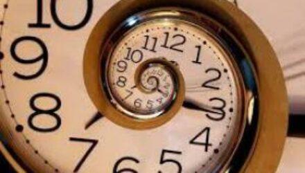 Физик из Японии смог доказать, что время можно повернуть вспять