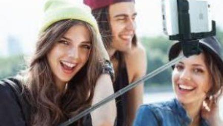Психологи назвали три типа людей, обожающих делать селфи