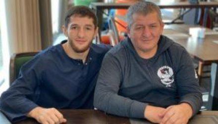 Отец чемпиона UFC Нурмагомедова вылечился от коронавируса, но остается в больнице