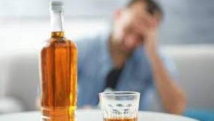 Медики рассказали, в каком возрасте употреблять алкоголь опаснее всего