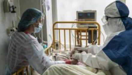 Коронавирус в Украине за сутки подтвердили у 17 479 украинцев, 438 ранее заболевших умерли
