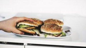 Развенчан популярный миф о вреде еды после шести вечера